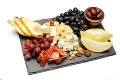 肉板材开胃小菜快餐-意大,青纹干酪,瓜,葡萄,橄榄 库存图片