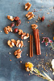 肉桂条、坚果和草本汇集在蓝色驱散了 免版税库存图片