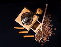 肉桂条、烤咖啡豆和研磨机 库存图片