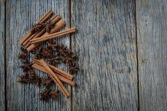 肉桂条和八角在土气木头 免版税图库摄影