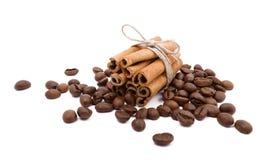 肉桂条和咖啡豆 免版税库存图片