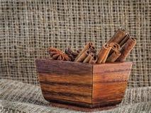 肉桂条和茴香星在一个木低谷 免版税库存照片