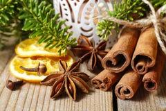 肉桂条和茴香星在圣诞节桌上 免版税库存照片