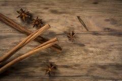 肉桂条和茴香星在木桌上 免版税库存图片
