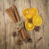 肉桂条和茴香星在木桌上 免版税库存照片