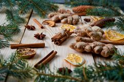 肉桂条用茴香担任主角,姜,干桔子,在木背景的苹果与圣诞树分支 免版税图库摄影