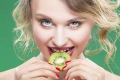 肉欲和性感的赤裸白种人模型特写镜头与牙齿隙的 图库摄影