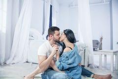 肉欲的夫妇亲吻 我爱你 耦合爱 浪漫和爱 亲密的关系和男女关系 统治人 他们 免版税库存图片