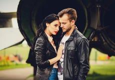 年轻肉欲的夫妇春天时尚画象  免版税图库摄影