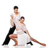 肉欲的夫妇跳舞辣调味汁。 行动的拉丁美州的舞蹈家。 隔绝 免版税库存照片