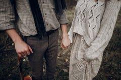 肉欲的夫妇,拿着手wi的白色boho礼服的吉普赛妇女 免版税库存图片
