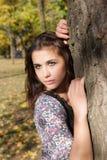 肉欲的女孩在秋天公园 免版税库存图片