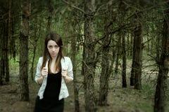 年轻肉欲的妇女在与自然的木和谐中 免版税库存照片