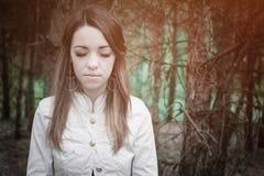 年轻肉欲的妇女在与自然的木和谐中 免版税图库摄影