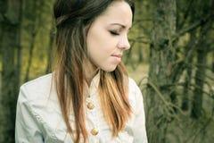 年轻肉欲的妇女在与自然的木和谐中 库存照片