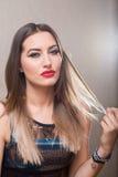 肉欲的妇女用在她的头发的手 免版税库存图片