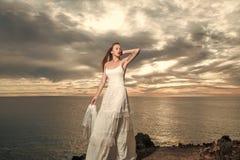 肉欲的妇女身体 白色性感的婚礼礼服的俏丽的新娘与面纱 库存图片