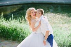 肉欲的容忍新娘和新郎根据日落 免版税图库摄影