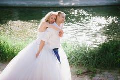 肉欲的容忍新娘和新郎根据日落 图库摄影