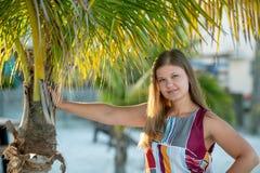 肉欲的年轻女人特写镜头有棕榈树的 免版税库存照片