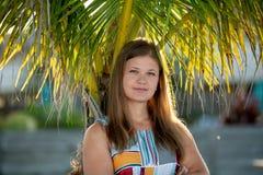 肉欲的年轻女人特写镜头有棕榈树的 库存照片
