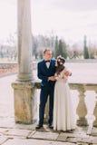 肉欲的拥抱在古董的拱道下的新婚佳偶丈夫和妻子破坏了宫殿 库存照片