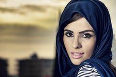 肉欲的有hijab的秀丽阿拉伯女孩 免版税库存图片