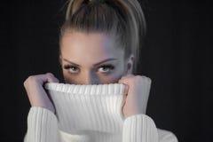 肉欲的正面美丽的白肤金发的妇女画象毛线衣的 免版税库存图片