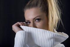 肉欲的正面美丽的白肤金发的妇女画象毛线衣的 免版税库存照片