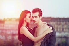 肉欲的深色的妇女诱惑日落的人 图库摄影