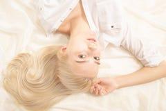 肉欲的白肤金发的女孩 免版税库存图片
