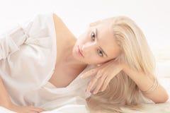肉欲的白肤金发的女孩 免版税库存照片