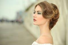 肉欲的美丽的白肤金发的妇女模型面孔特写镜头画象与明亮的专业构成的 免版税库存图片