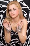 肉欲的金发碧眼的女人伸被囚禁她的手 免版税库存图片