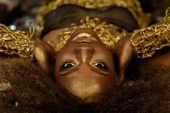 肉欲的画象年轻美丽的非洲妇女说谎的举行在面孔附近递 免版税库存照片