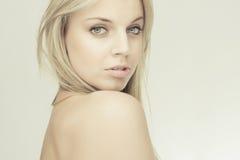 肉欲美丽的白肤金发的女孩 免版税库存图片