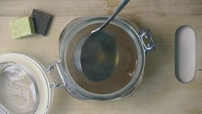 肉汤涌入保存的罐头 顶视图 股票录像