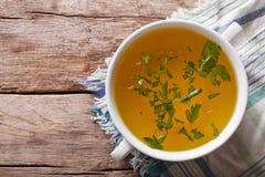肉汤用在碗特写镜头的荷兰芹 水平的顶视图 免版税库存照片