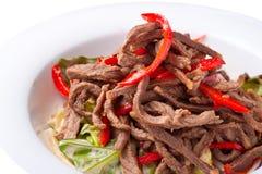 肉沙拉用在空白牌照的红辣椒 库存图片