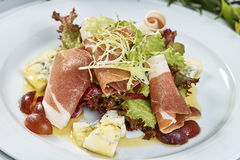 肉沙拉用火腿乳酪莴苣Dorblu葡萄和橄榄油 免版税图库摄影