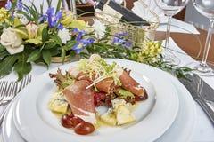 肉沙拉用火腿乳酪莴苣Dorblu葡萄和橄榄油 免版税库存照片