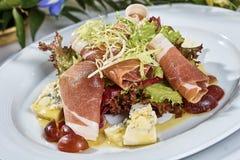 肉沙拉用火腿乳酪莴苣Dorblu葡萄和橄榄油 库存图片