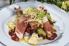 肉沙拉用火腿乳酪莴苣Dorblu葡萄和橄榄油 图库摄影