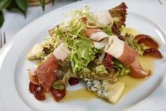肉沙拉用火腿乳酪莴苣Dorblu葡萄和橄榄油 库存照片