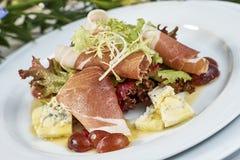 肉沙拉用火腿乳酪莴苣Dorblu葡萄和橄榄油 免版税库存图片