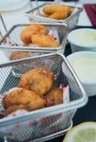肉油煎的矿块和鱼和土豆在小金属篮子 免版税库存照片