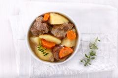 肉炖煮的食物用土豆和红萝卜 免版税库存图片