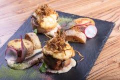 肉热的开胃菜  猪肉和烟肉与绿色 图库摄影