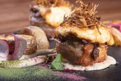 肉热的开胃菜  猪肉和烟肉与绿色 库存照片