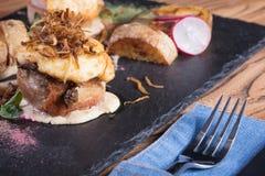 肉热的开胃菜  猪肉和烟肉与绿色 免版税库存图片
